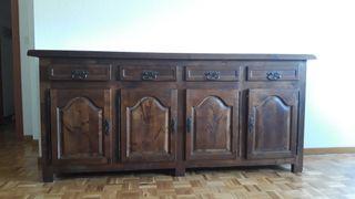 Mueble antiguo con estanterías