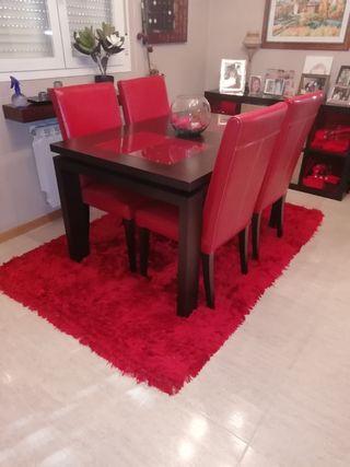 mesa y 4 sillas de diseño