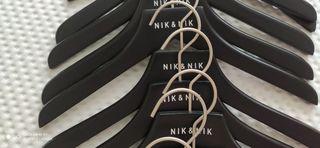 25 Perchas lacadas de madera Nik and Nik