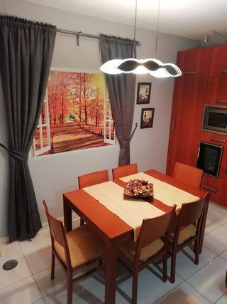 mesa y silla, lámpara, cortinas