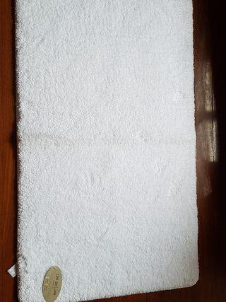 Alfombra de baño blanca a estrenar