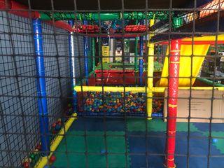 Parque infantil de bolas con cama elástica