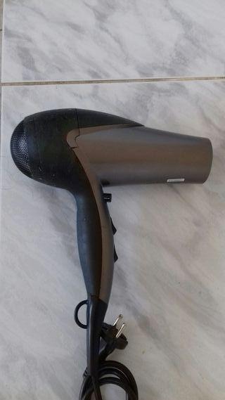 Secador de pelo.