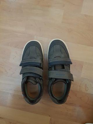 Zapatos Geox niño color marrón. Talla 36