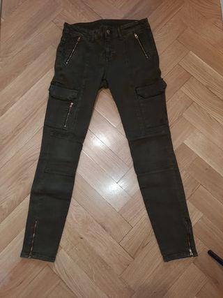 Pantalones pitillo verde militar de Zara, talla 36