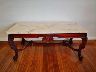 Mesa de centro de madera tallada y mármol