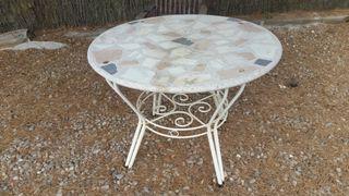mesa piedra jardín