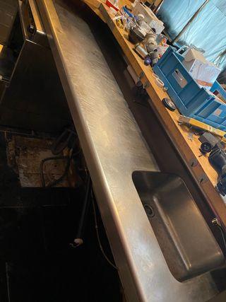 Barra de bar de acero con fregadero