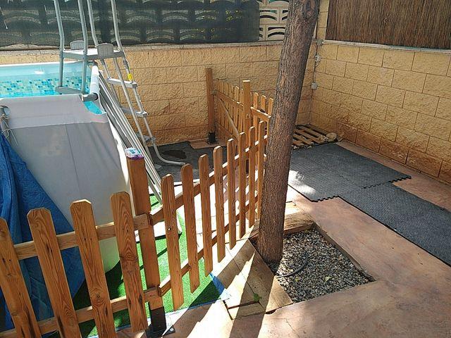 Valla de madera, más de 11 metros lineales.