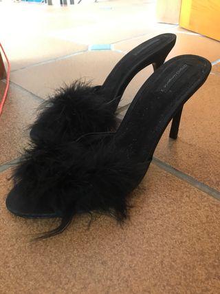 Zapatos tacón con plumas negras
