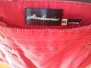Falda corta roja de Stradivarius.