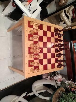 Tablero de ajedrez grande con piezas de madera