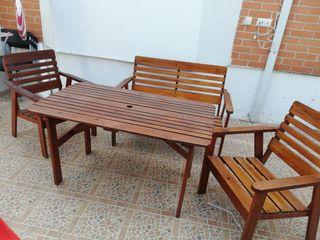 mesa y sillas de madera para jardín