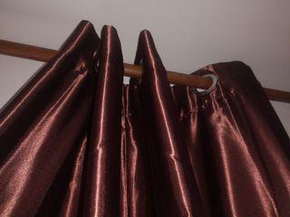 par de cortinas marrón