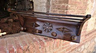 Perchero de madera tallada
