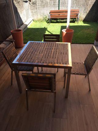 Mesa y 4 sillas de aluminio y teca.