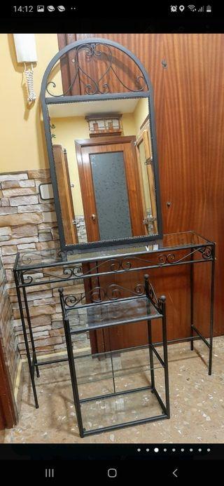 Recividor, espejo y estantería y mesa de hierro.