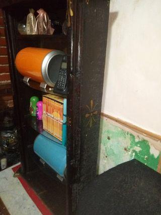 estantería de madera o vidriera