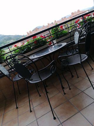 Mesa y cuatro sillas para jardin/terraza.
