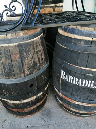 Barriles de madera de roble.