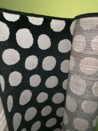 alfombra de círculos blancos