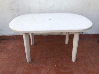 Mesa de resina blanca para jardín