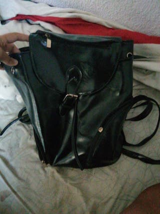 mochila de cuero negra