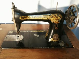 Mueble y maquina de coser Singer antigua