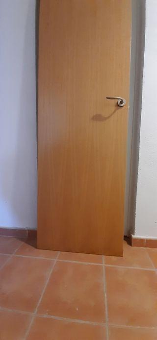 Puerta madera como nueva 203x62 cm.con maneta. Se