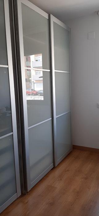 Armario Ikea con puerta corredera y accesorios.