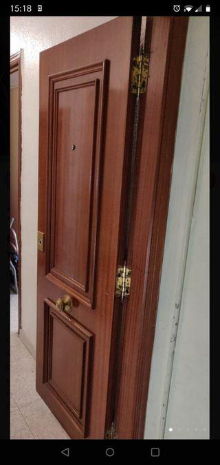 Puerta entrada vivienda y cerradura Tesa