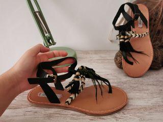 sandalias negras con plumas