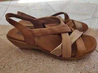 Sandalias de tiras de color marrón. Talla 38