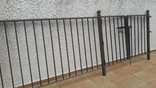 Puerta con valla hierro