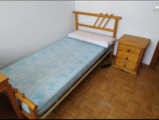 cama y mesilla de madera