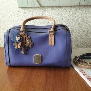 Bolso Guess de charol violeta azulón