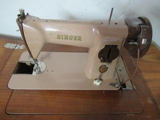 Máquina de coser antigua Singer con mueble madera
