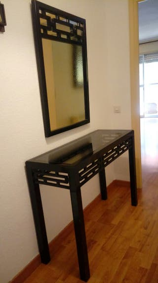 Mesa y espejo entrada