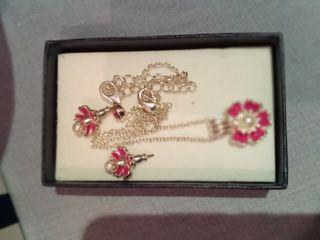 colgante y pendientes de flor