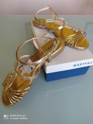 Sandalias doradas planas nuevas
