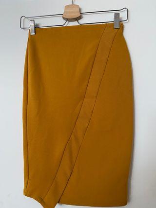 Falda midi asimétrica de tubo color mostaza