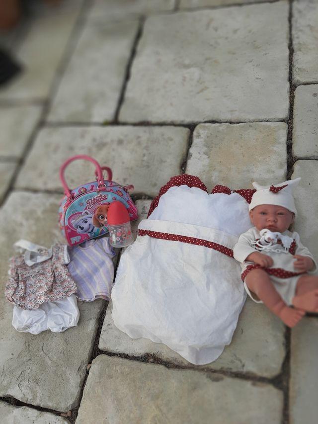 bebé reborn con accesorios