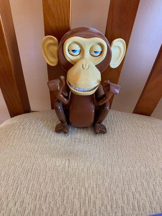 Selfie mono sonriente con su palo