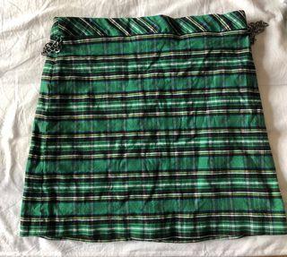 Falda de cuadros con cadena central