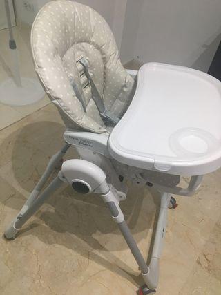 Trona bebe regulable y con 4 ruedas libres.