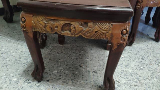 mesa de te con 6 taburetes tallada en madera