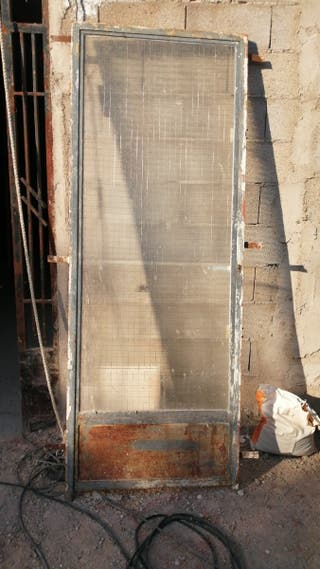 puerta de hierro con cristal