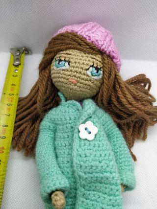 Muñeca amigurumi hecha a mano