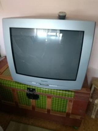 Televisor a color con mando a distancia