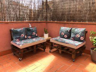 Conjunto de sofás palets con fundas y cojines